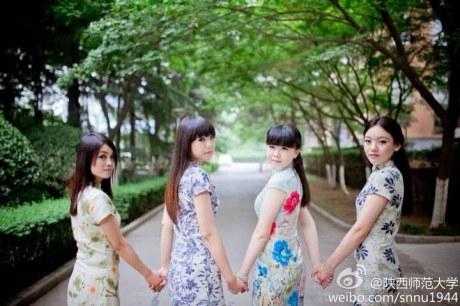 一组陕西师范大学女生在老图书馆旁的毕业照网